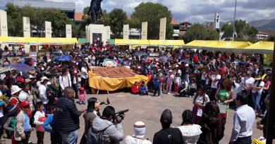 REVALORACIÓN DEL BAUTIZO DEL PAN WAWA SE DESARROLLÓ EN EL MARCO DE UN AMBIENTE FESTIVO EN LA PLAZA TUPAC AMARU.